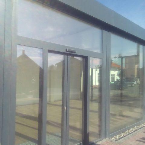 kontener biurowy z dużymi oknami