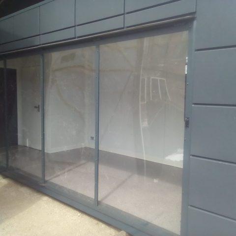 durze okna w kontenerze handlowym