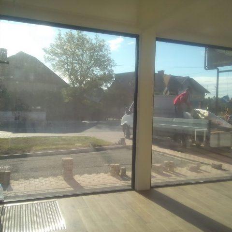 Panoramiczne okna w kontenerze