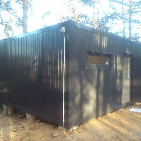 kontener mieszkalny w lesie czarny