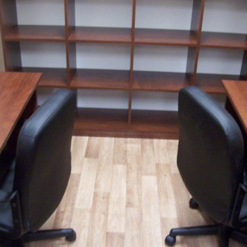 kontener biurowy z biurkami