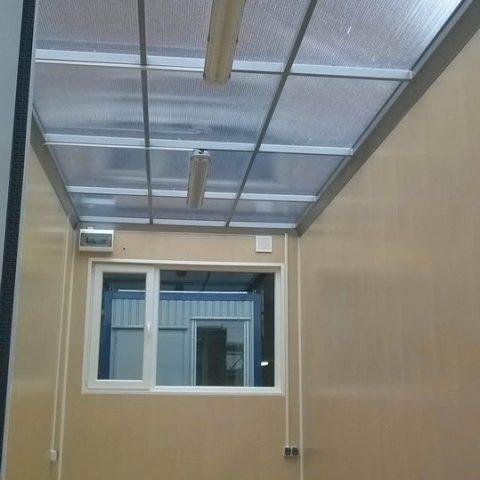 kontenery biurowy z szklanym dachem
