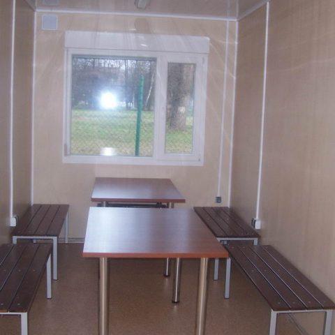ławeczki i stoły w kontenerze